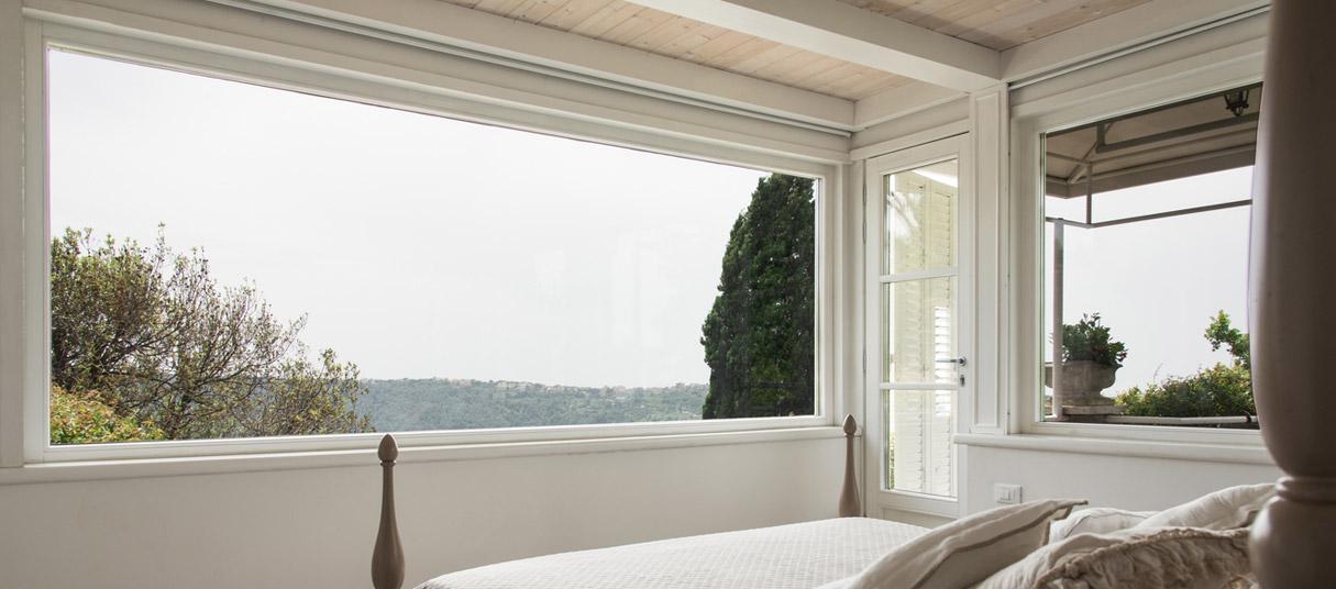 serramenti_di_pregio_roma_falchetti_woodstyile_finestra_alba: la finestra alba con vista sul lago